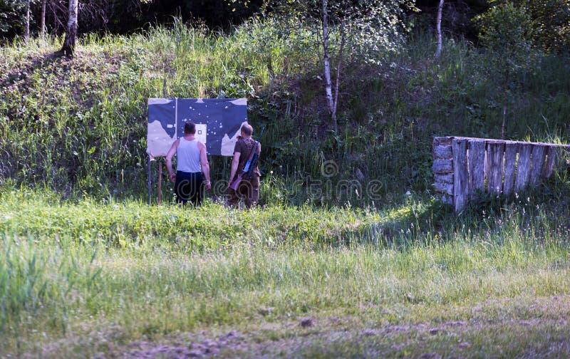 Deux chasseurs regardent les cibles photo stock