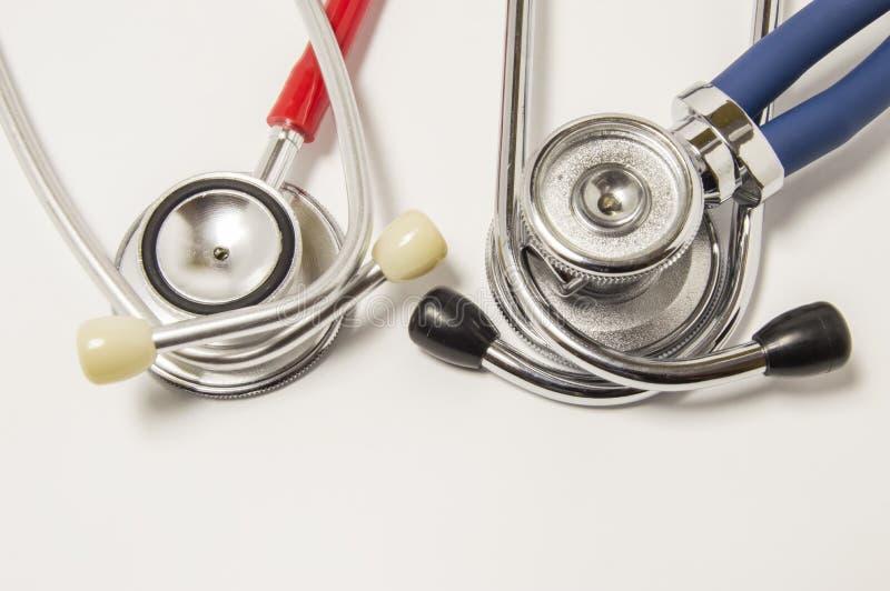 Deux chestpieces de grand diaphragme de stéthoscopes vers le bas avec les tubes acoustiques rouges et bleus se trouvent sur le fo image stock