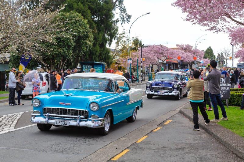 Deux 1955 Chevrolet Bel Airs sur la rue image libre de droits