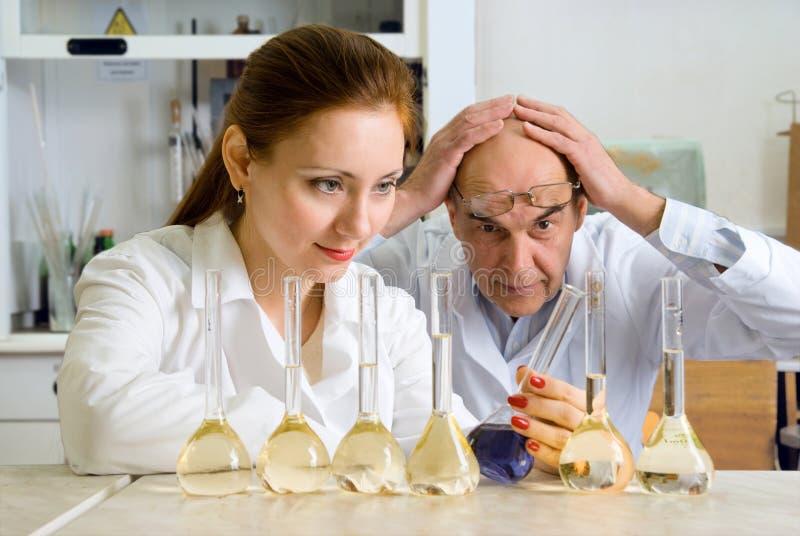 Deux chimistes, qui effectuent des expériences image libre de droits