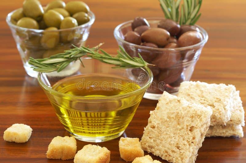 Deux chocs d'olives vertes et noires et de croûtons photo stock