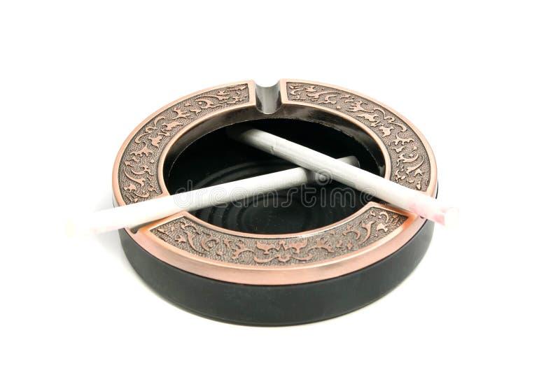 Deux cigarettes différentes dans le cendrier image libre de droits