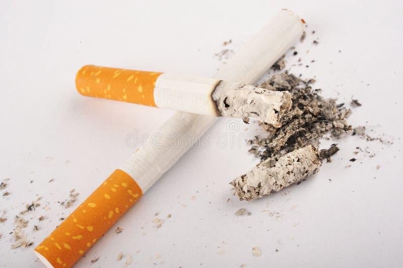 Deux cigarettes, une est Lit photo stock