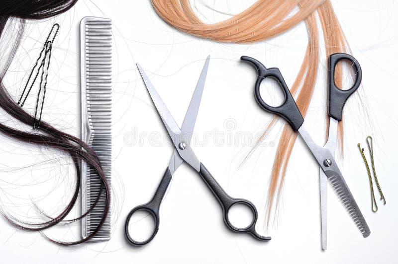 Deux ciseaux et coiffeur de peigne avec le dessus de cheveux photos libres de droits