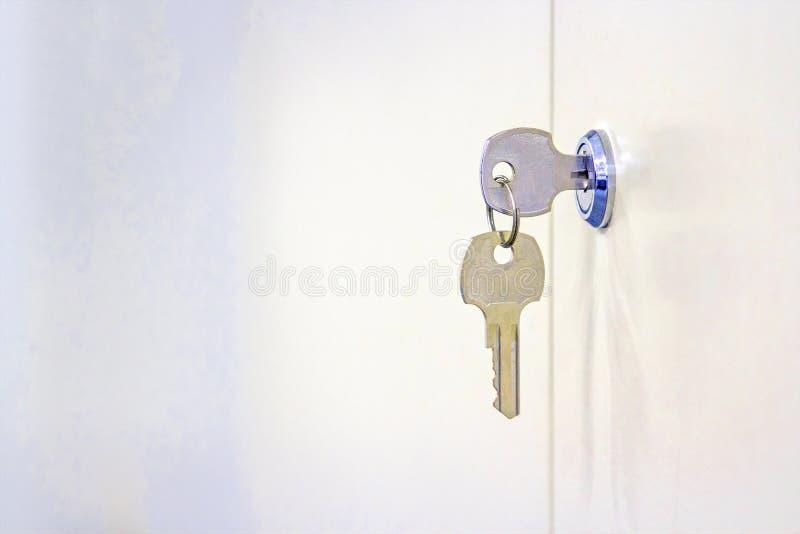 Deux clés avec le coffret en acier blanc photo stock