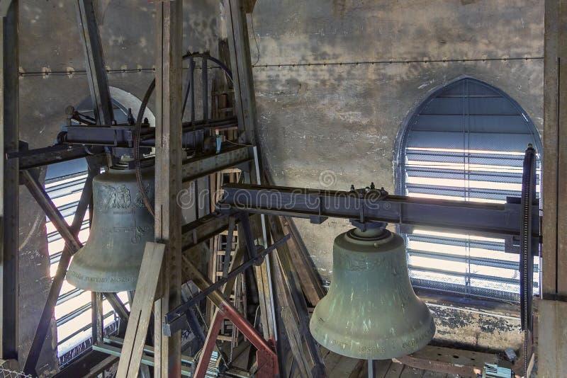 Deux cloches dans une tour de vieille église photos stock