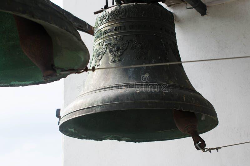 Deux cloches lourdes sur un fond blanc photos libres de droits