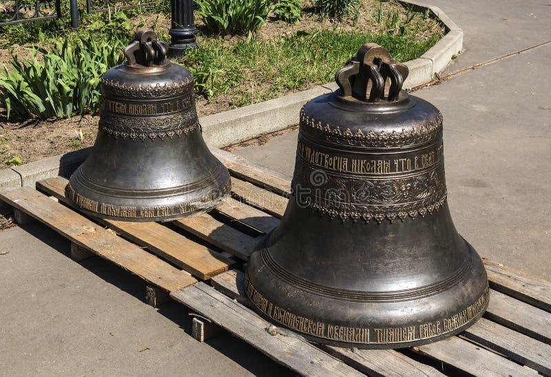 Deux cloches sur le territoire de l'église orthodoxe de Saint-Nicolas, préparée pour l'installation sur la tour de cloche photo stock