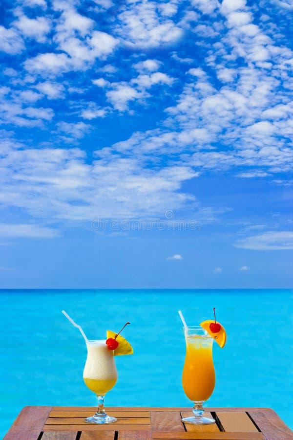 Deux cocktails sur la table photographie stock