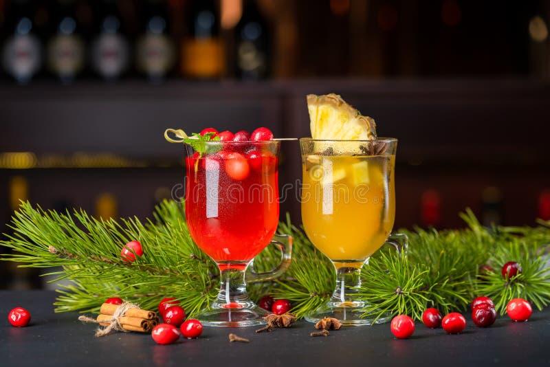 Deux cocktails sur le compteur de barre photographie stock