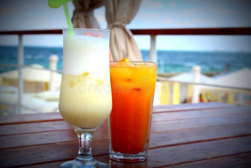 Deux cocktails sur le fond de la mer photographie stock libre de droits