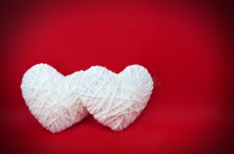 Deux coeurs blancs effectués à partir des laines image libre de droits