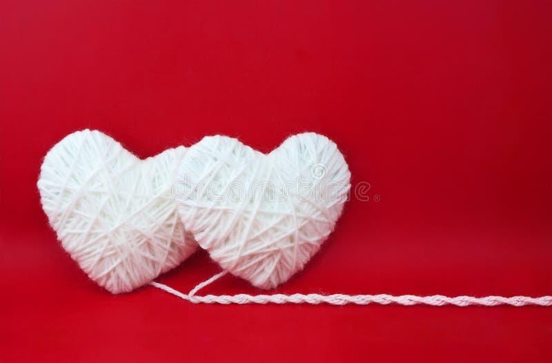 Deux coeurs blancs faits à partir de la laine photos libres de droits