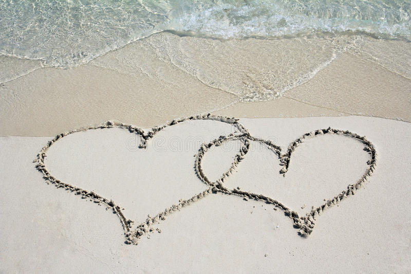 Deux coeurs dans la plage de sable photo libre de droits