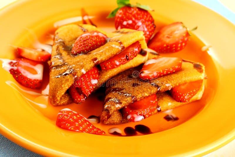 Deux coeurs de crêpes avec la fraise, chocolat, lait de sucre photos libres de droits