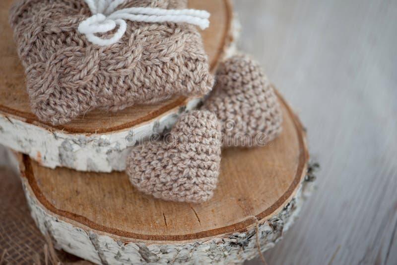 Deux coeurs de tricotage sur le vieux panneau en bois photos libres de droits