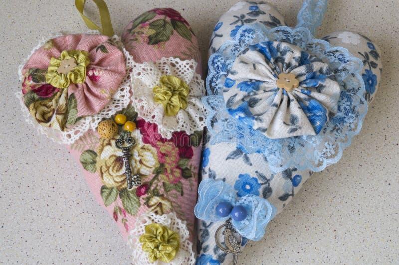 Deux coeurs faits en tissu-rose et bleu photo libre de droits