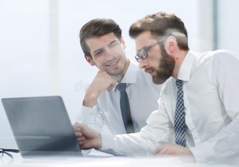 Deux collègues d'affaires discutent la documentation en ligne photographie stock libre de droits