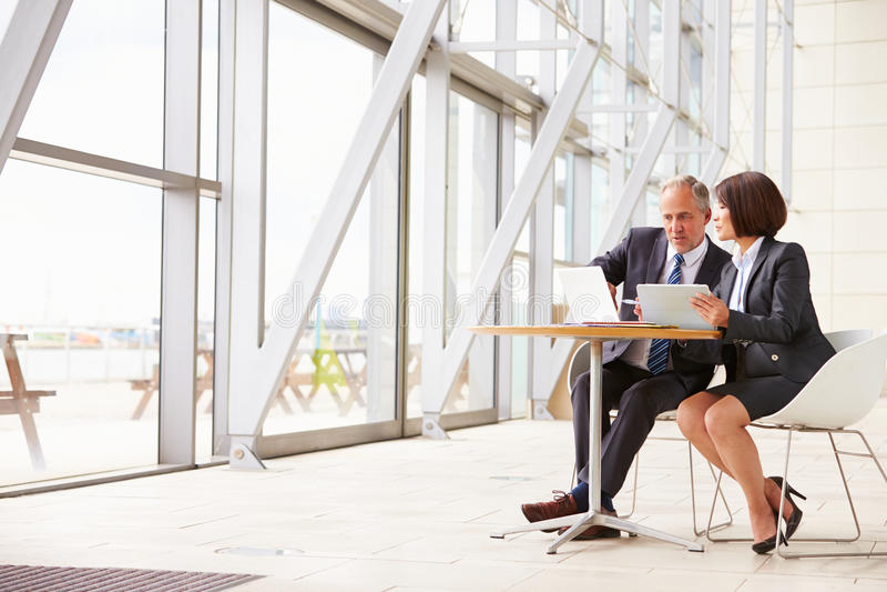Deux collègues supérieurs d'affaires lors de la réunion dans l'intérieur moderne images libres de droits