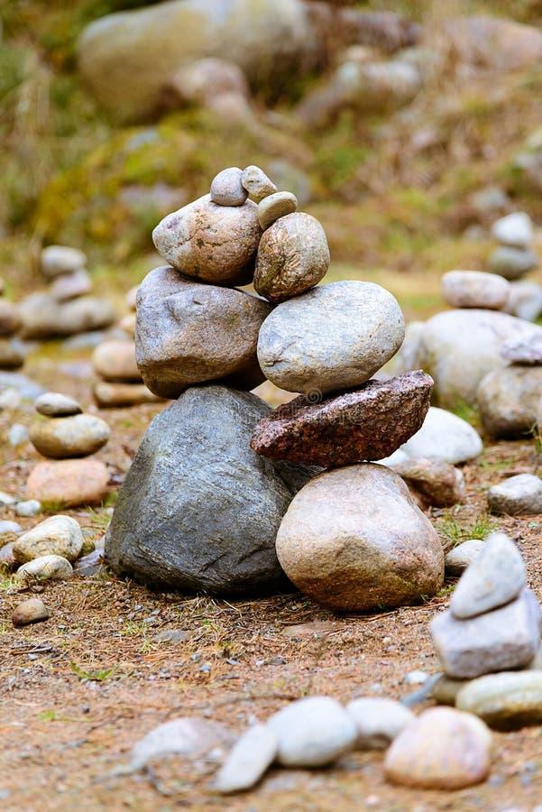 Deux collines ou piles des pierres, semblables à deux personnes se penchant les uns contre les autres photo stock