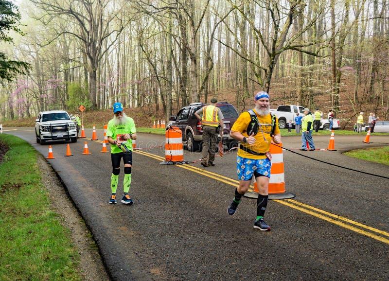 Deux colorés et coureurs barbus concurrençant - 2019 bleu Ridge Marathon images stock