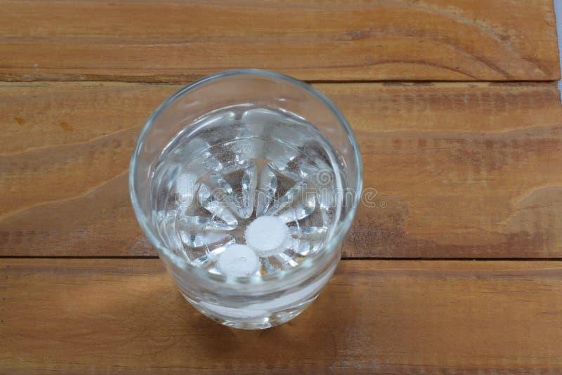 Deux comprimés dans un verre de l'eau se dissolvent photo libre de droits