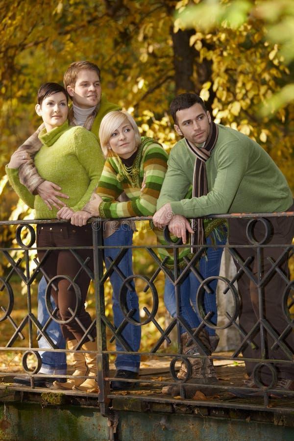 Deux couples en stationnement d'automne photos stock