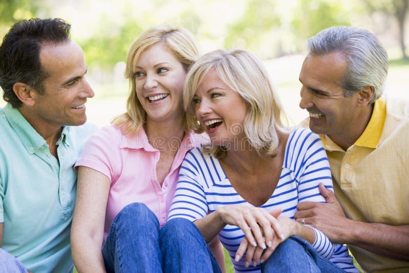 Deux couples souriant à l'extérieur images libres de droits