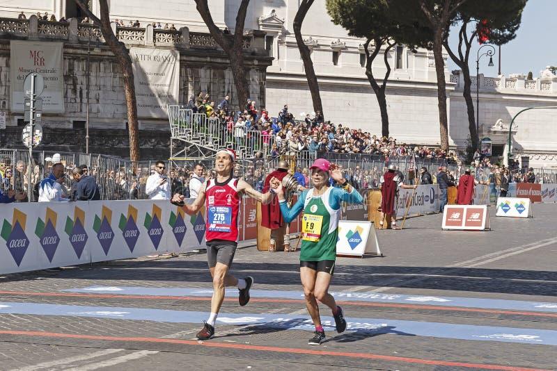 Deux coureurs ensemble à la ligne d'arrivée image stock