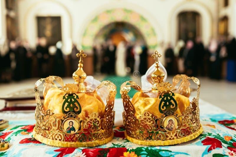 Deux couronnes cérémonieuses de mariage orthodoxe prêtes pour la cérémonie photo libre de droits