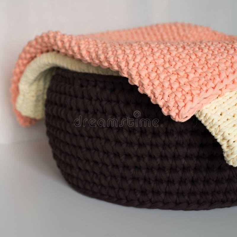 Deux couvertures et paniers sur la table blanche photo stock