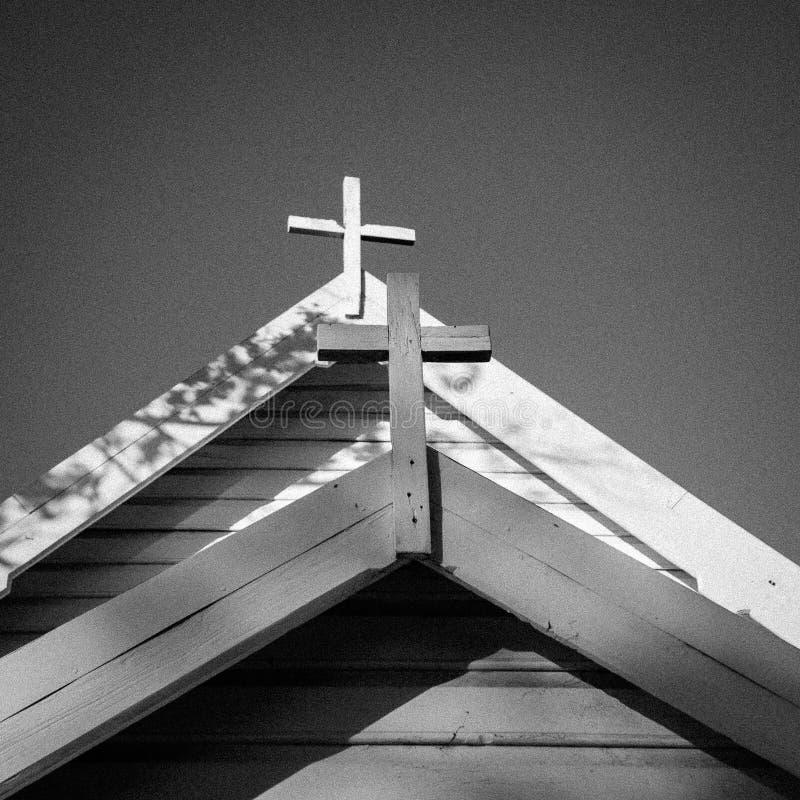 Deux croix sur le toit d'une église photographie stock libre de droits