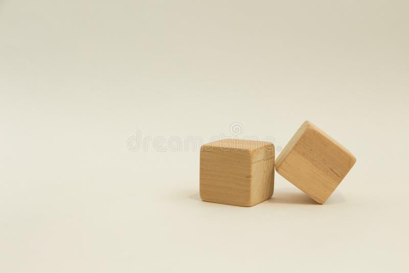 Deux cubes en bois sur un fond blanc images stock