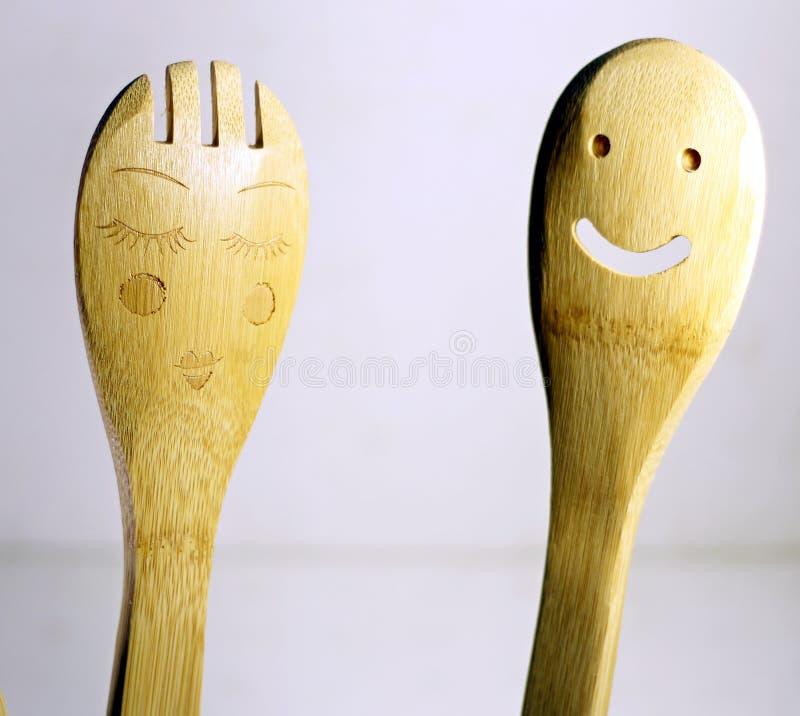 Deux cuillères en bois drôles avec des caractéristiques humaines images libres de droits