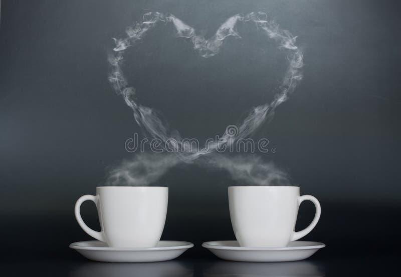 Deux cuvettes de café avec amour photographie stock