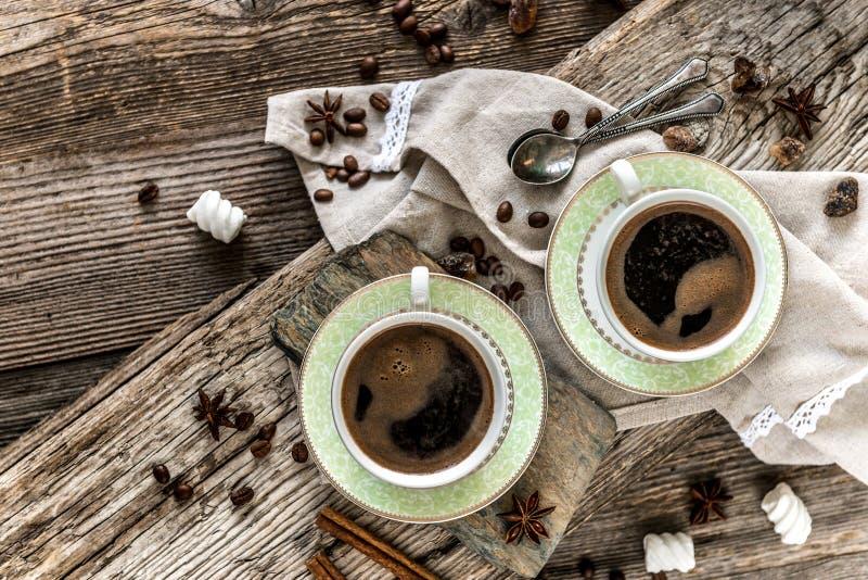 Deux cuvettes de café noir image libre de droits