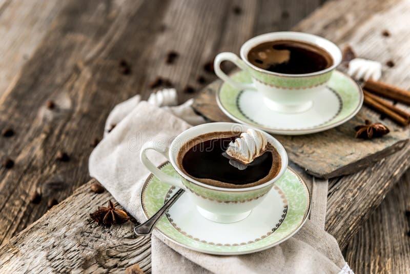 Deux cuvettes de café noir image stock