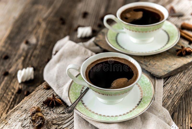 Deux cuvettes de café noir photos stock