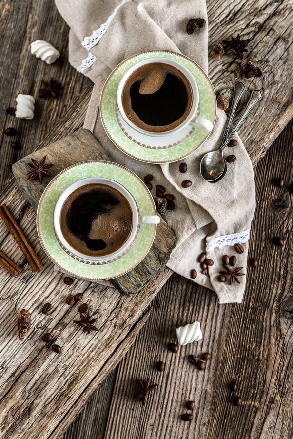 Deux cuvettes de café noir photo stock
