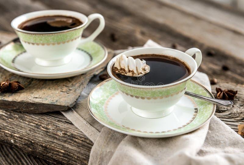 Deux cuvettes de café noir images libres de droits