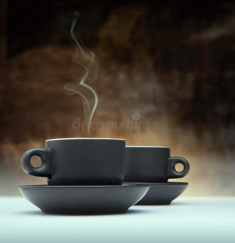 Deux cuvettes de café noir images stock