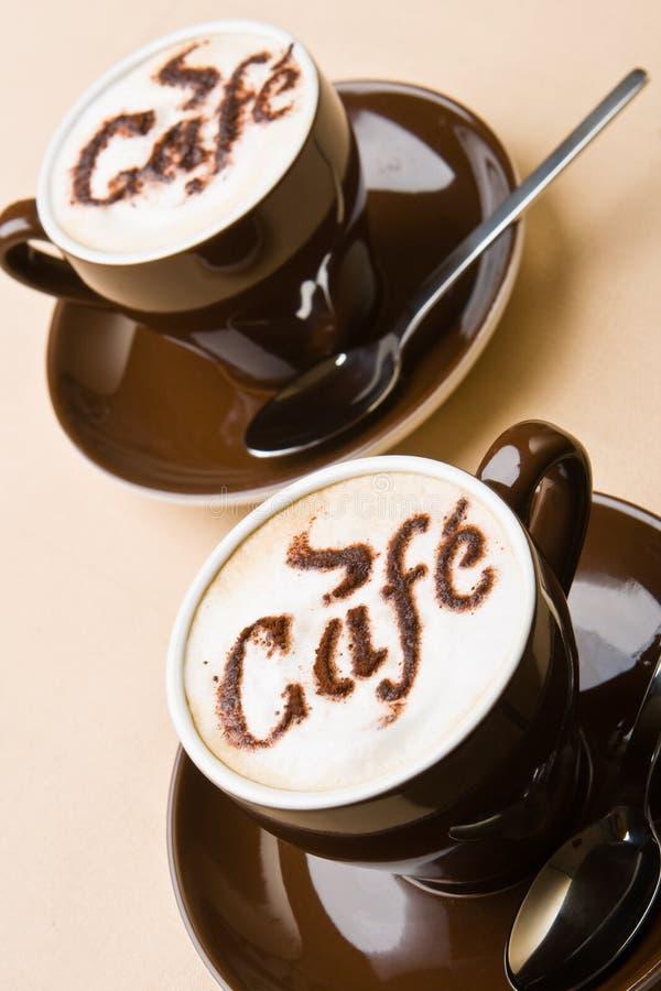 Deux cuvettes de cappuccino frais images stock