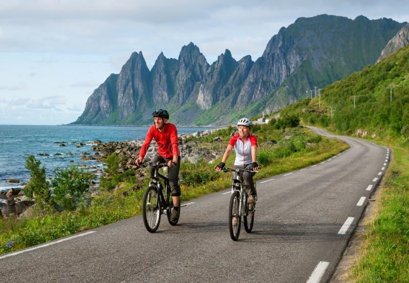 Deux cyclistes détendent faire du vélo photographie stock libre de droits
