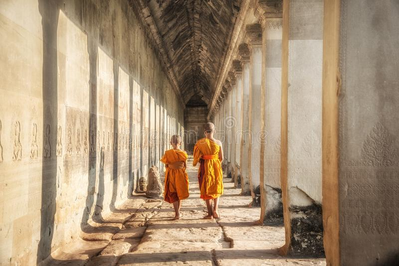 Deux débutants marchant dans un Angkor Vat, Siem Reap, Cambodge photos stock
