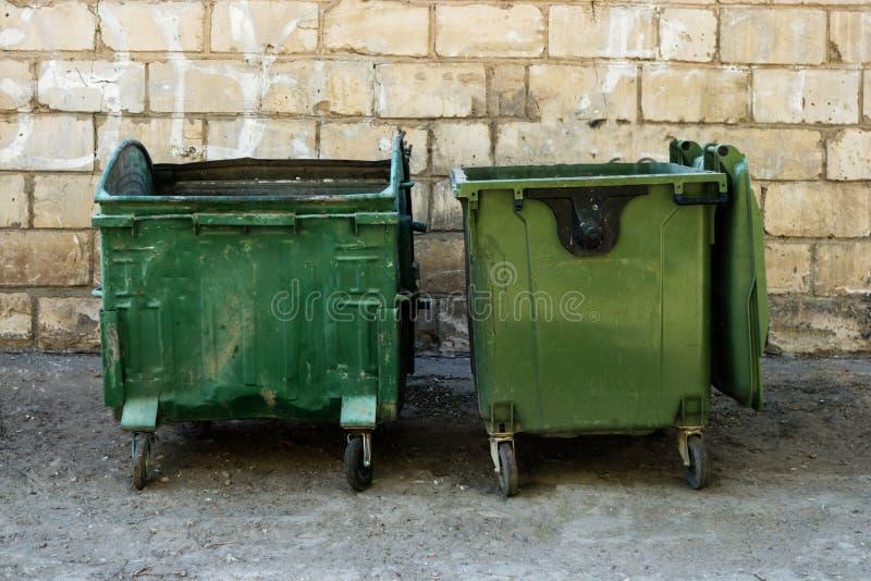 Deux décharges verts de déchets en texte de Front Of White Brick Wall Front View With Room For Poubelles devant le mur d'entrepôt images stock