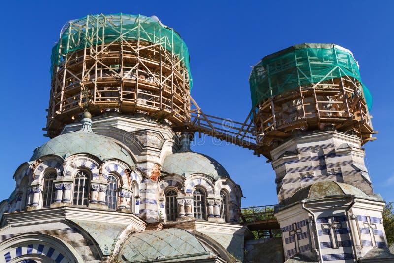 Deux dômes de l'église dans la forme ronde d'échafaudage images stock