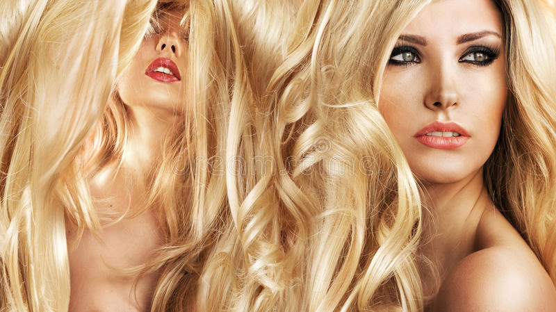 Deux dames blondes attirantes dans un salon de beauté photos stock