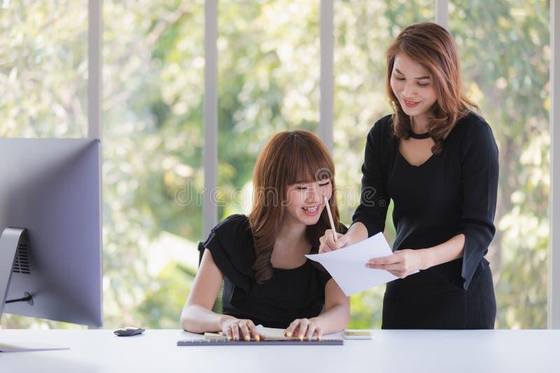 Deux dames d'affaires dans le bureau images stock