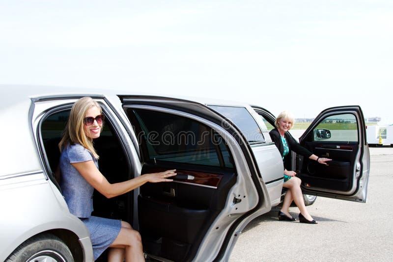 Deux dames sortant la limousine photos libres de droits