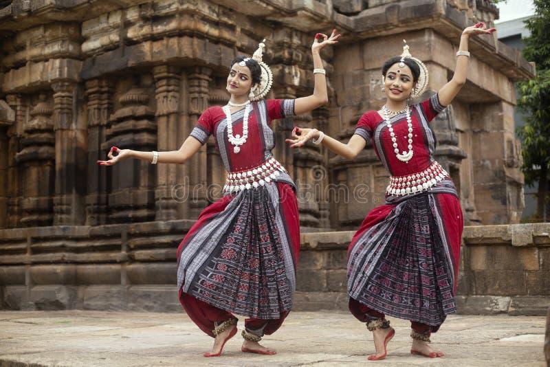 Deux danseurs classiques indiens d'odissi frappant une pose devant le temple de Mukteshvara, Bhubaneswar, Odisha, Inde photos libres de droits